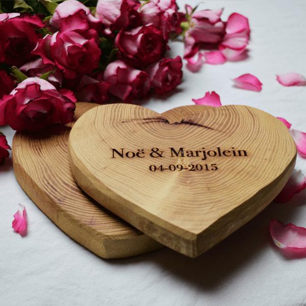Houten hart, gegraveerd hart, valentijns hart, Robinia snijplank, houten Robinia hart
